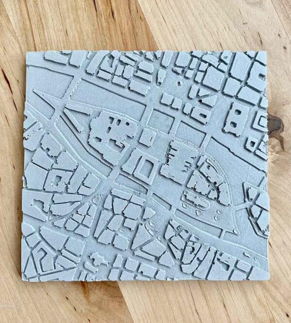 Dessous de plat en béton représentant l'île de la Cité