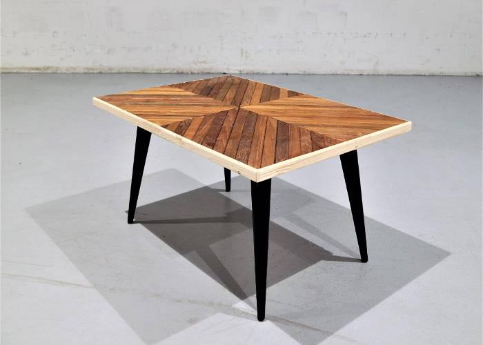 Table basse en tek et matériau de récupération