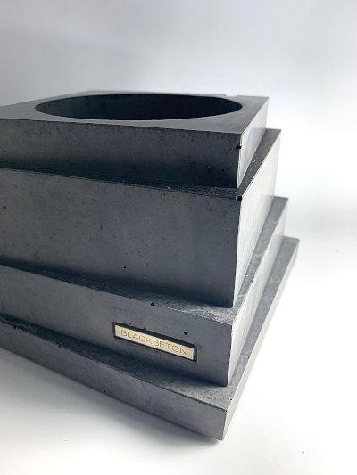 Jardinière en béton noir créée par l'artisan d'art Maxime Lancry