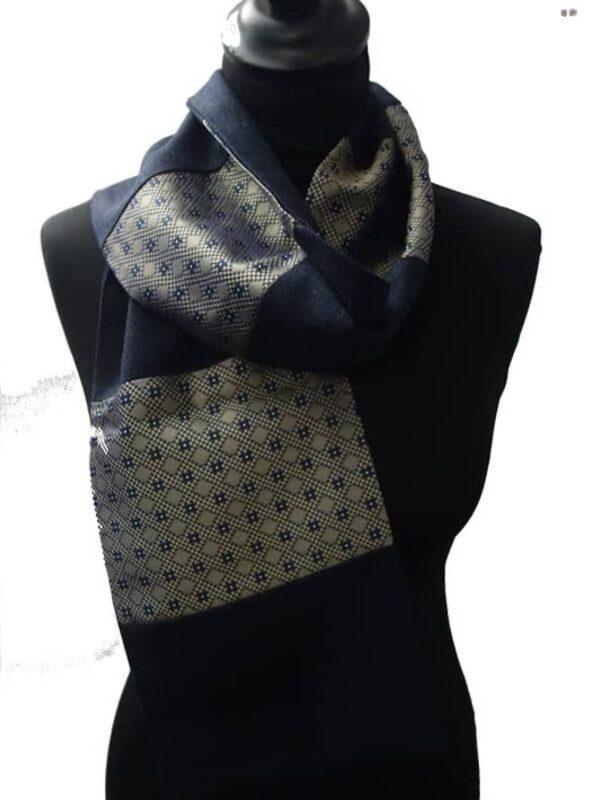 Écharpe homme en laine bleue, fabriquée à Paris. 11 modules en laine bleue et soie motif type cravate. Pièce unique made in France.