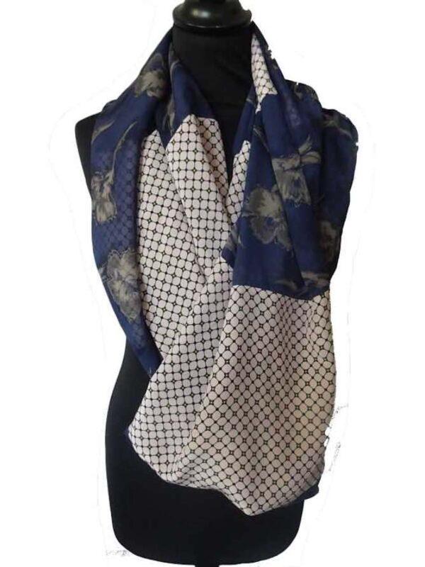 Écharpe en soie pour femme, fabriquée à Paris. Fond : soie bleu à fleurs. 13 modules de soie bleue à fleur et soie rouge à mousseline. Pièce unique made in France.