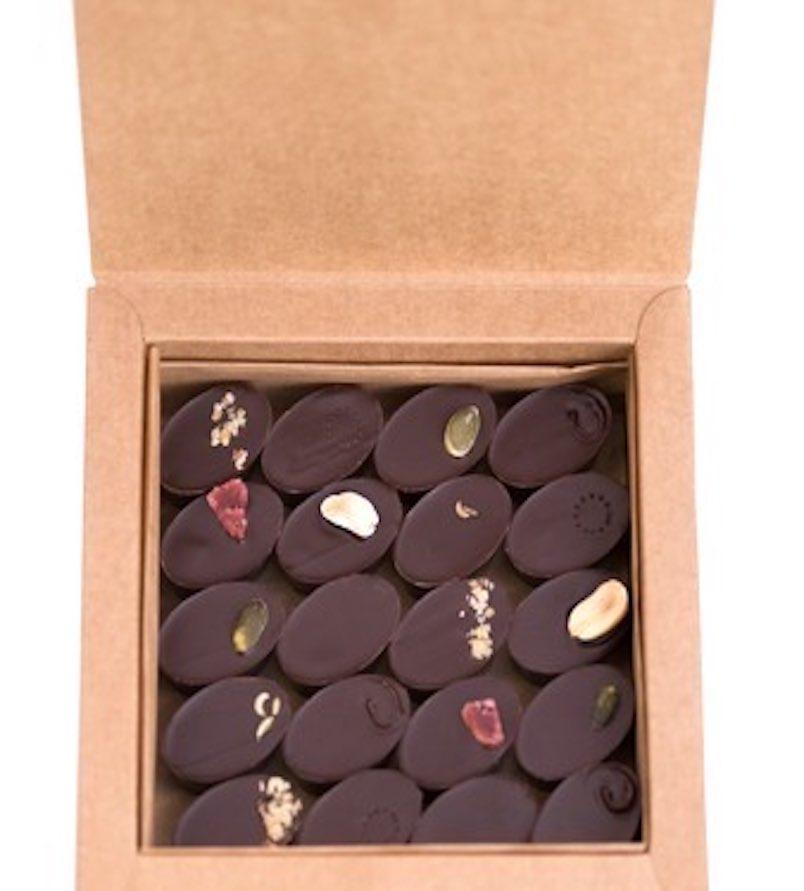 Boite de chocolat bio découverte. 40 chocolats frais, bio et équitables, fabriqués avec des ingrédients de saison. Chocolat fabriqué à Paris par Mon jardin chocolaté.