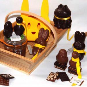 Ce superbe coffret de chocolat de Pâques artisanal ravira les petits et les grands. Il contient une pâte à tartiner, une boîte lapin à partager et six petites figurines en chocolat. Ce chocolat bio et équitable est fabriqué à Paris par Mon jardin chocolaté.