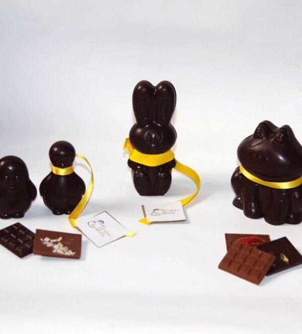 Figurines en chocolat noir pour Pâques. Ces figurines sont des créations de la chocolaterie artisanale parisienne Mon Jardin Chocolaté