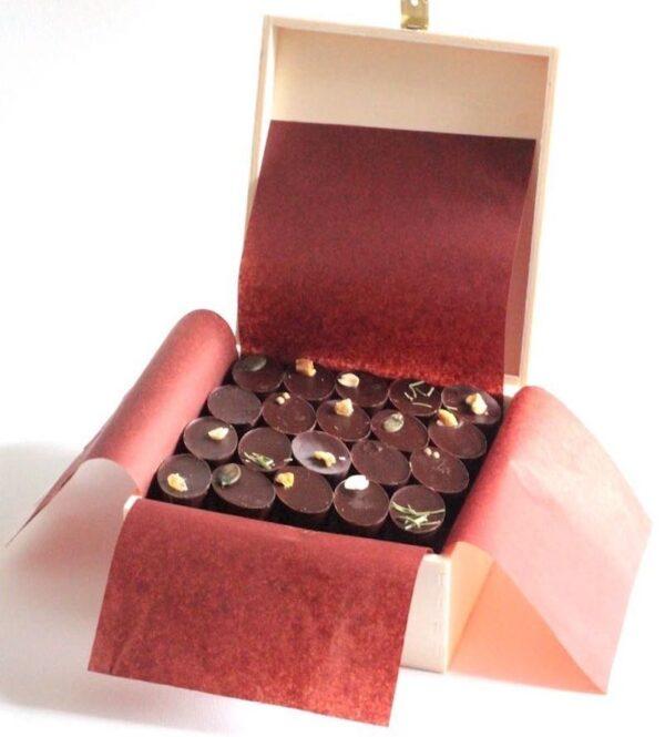 Coffret ouvert de 40 chocolats fabriqués à la main dans une chocolaterie artisanale de Paris