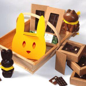 Un panier gourmand de chocolats de Pâques bio qui ravira petits et grands. Ce panier contient une boîte de 12 pralinés, deux tablettes de chocolat praliné, deux figurines en chocolat et une boîte lapin à partager. Ce chocolat artisanal, bio et équitable est fabriqué à Paris par Mon jardin chocolaté.