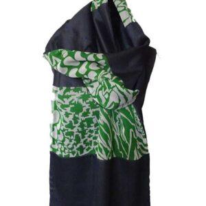 Écharpe femme en soie fabriquée à Paris. Fond : soie bleu. 9 modules de soie bleue et mousseline de soie verte et blanche. Pièce unique made in France.