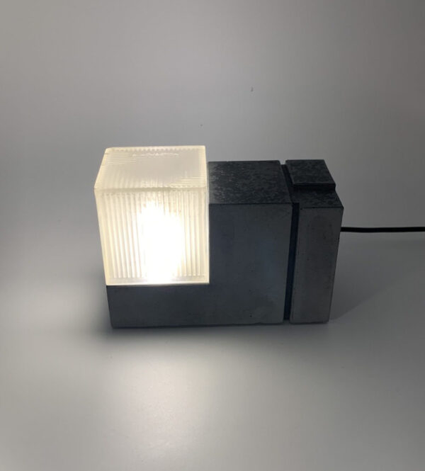 Lampe en béton modèle Jonieartisanale, conçue et réalisée par l'atelier parisien BlackBeton
