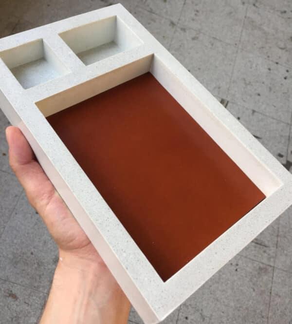 Vide-poche contemporain en béton et en cuir