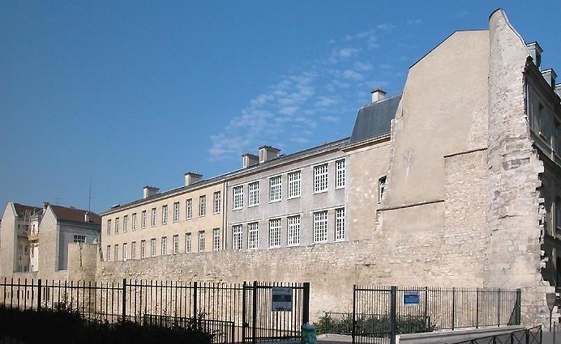 Vestiges du mur de l'enceinte de Philippe Auguste situé le long du collège Charlemagne dans le 4ème arrondissement de Paris.