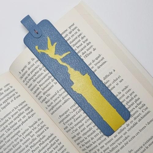 Marque page en cuir upcyclé illustré de motifs parisiens. Produit unique fabriqué à Paris.
